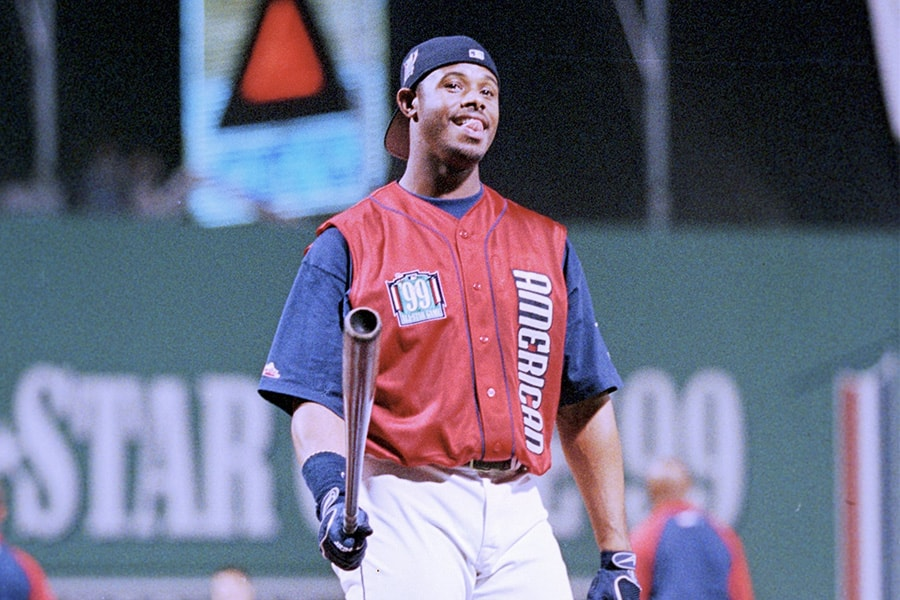 Ken Griffey Jr. of the American League warms up before the 1999 All -Star Home Run Derby at Fenway Park on July 12,1999 in Boston, Massachusetts. (Photo by Brian Bahr/Getty Images)