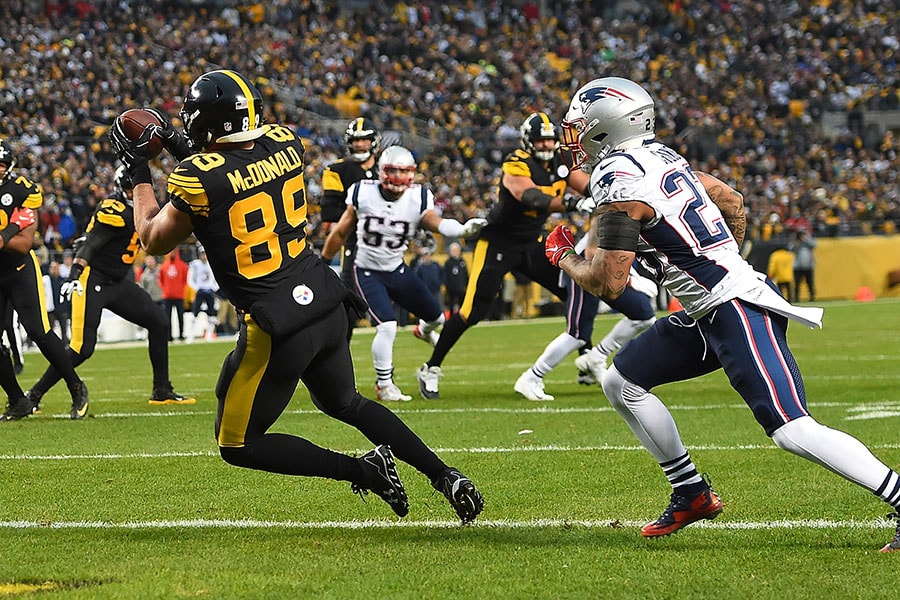 Vance McDonald of the Pittsburgh Steelers makes a catch in front of Patrick Chung of the New England Patriots for a 5 yard touchdown reception in the first quarter during the game at Heinz Field on December 16, 2018 in Pittsburgh, Pennsylvania. (Photo by Joe Sargent/Getty Images)