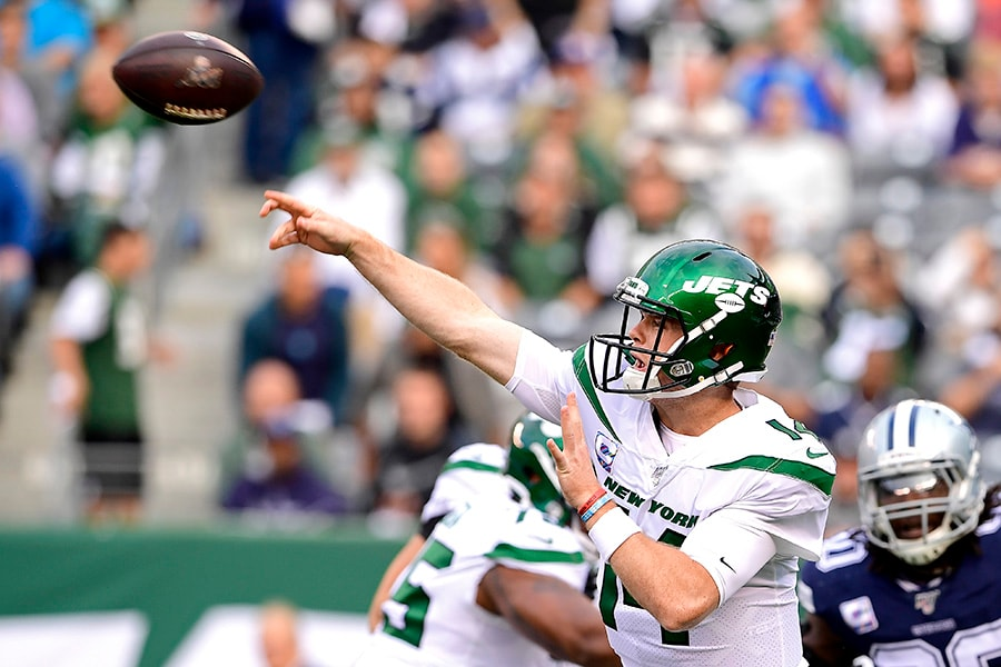 Sam Darnold of the New York Jets attempts a pass against the Dallas Cowboys during the first quarter at MetLife Stadium on October 13, 2019 in East Rutherford, New Jersey. (Photo by Steven Ryan/Getty Images)