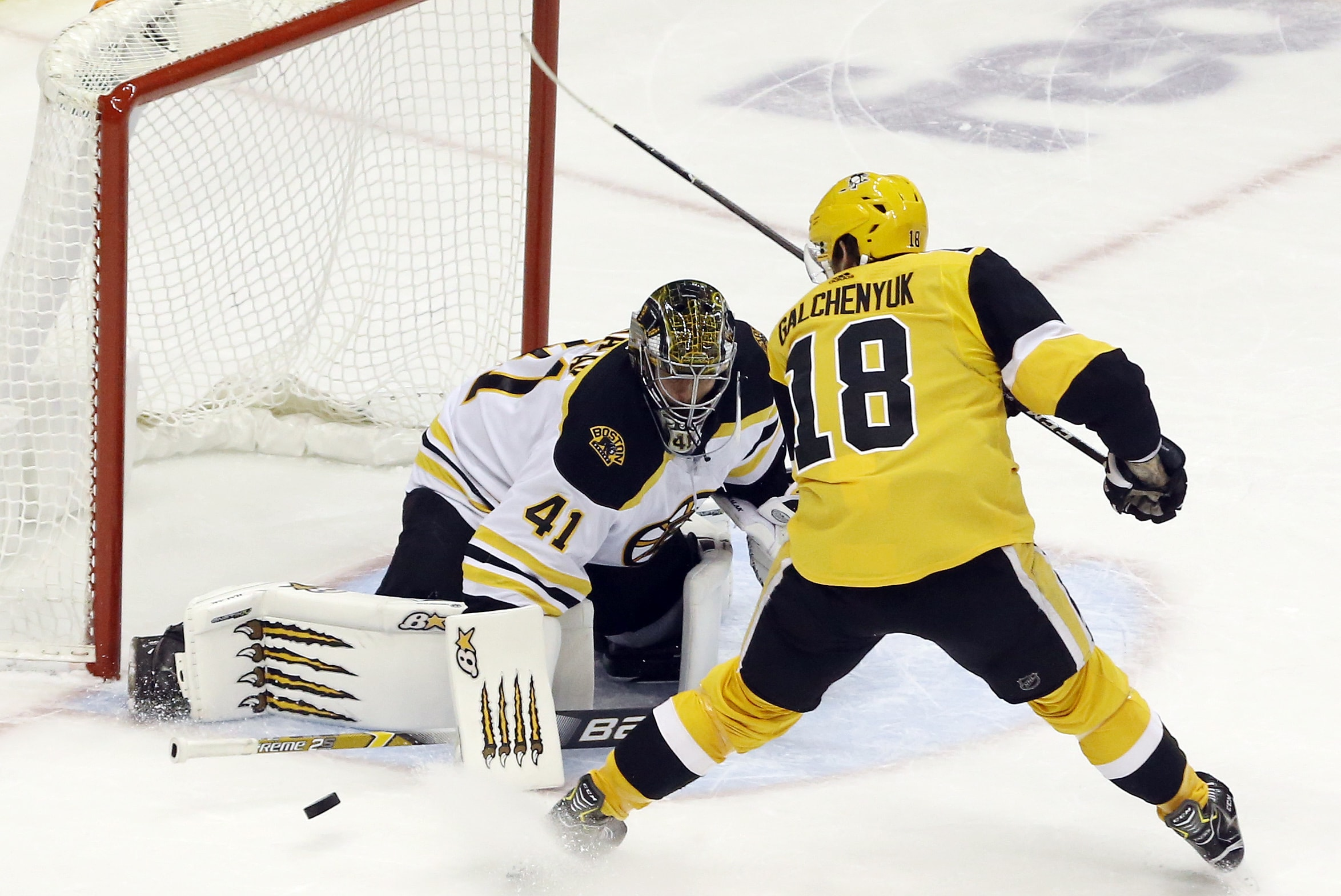 Bruins blow another three-goal lead, fall to Penguins