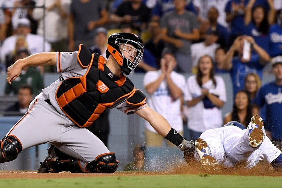 LOS ANGELES, CA - AUGUST 15: Buster Posey #28 of the San Francisco Giants tags out Brian Dozier #6 of the Los Angeles Dodgers during the fifth inning at Dodger Stadium on August 15, 2018 in Los Angeles, California. (Photo by Harry How/Getty Images)