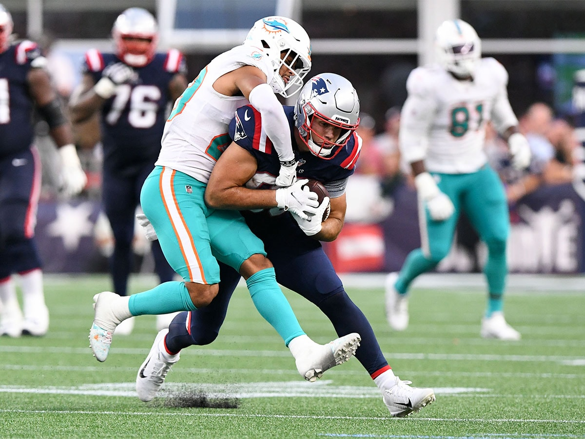 Sep 12, 2021; Foxborough, Massachusetts, USA; New England Patriots tight end Hunter Henry (85) rushes against Miami Dolphins safety Brandon Jones (29) during the second half at Gillette Stadium. Mandatory Credit: Brian Fluharty-USA TODAY Sports
