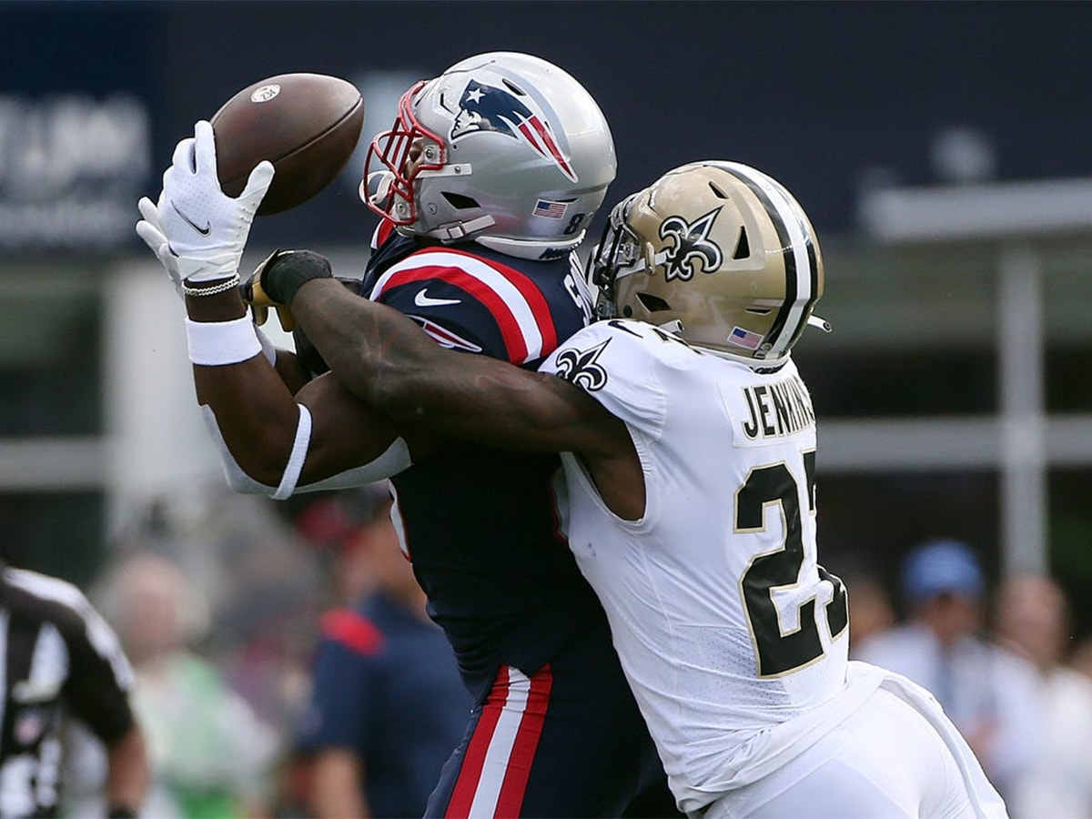 Patriots tight end Jonnu Smith, left, can't hold onto the ball as Saints defenderMalcolm Jenkins breaks up the play in the second quarter. (Syndication: The Providence Journal)