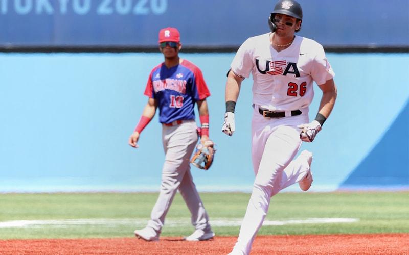 日本、横浜 -  8月4日:12日目男子野球ノックアウトステージでカサスが1回に2点本塁打を打った後、ドミニカ共和国のチームのJeison Guzman#10を見守る中、米国チームのツリーストーンカサス#26が2ラウンドを締め切りました。  2021年8月4日、日本横浜球場で行われた2020東京オリンピック競技。  (写真提供:渡辺告知/ゲッティイメージズ)