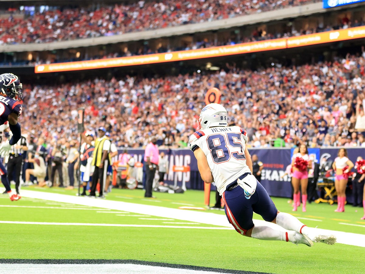 HOUSTON, TEXAS - OCTOBER 10: Hunter Henry #85 of the New England Patriots catches the ball for a touchdown during the second half against the Houston Texans at NRG Stadium on October 10, 2021 in Houston, Texas. (Photo by Carmen Mandato/Getty Images)